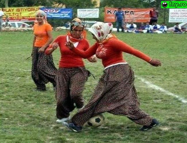 Campionatul rroman de fotbal feminin imagini haioase
